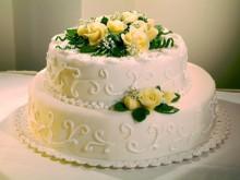Svatební dort s mandlovými růžičkami