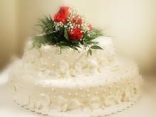 Mandlový dort s živou růží